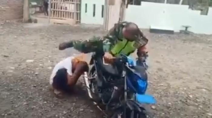 Video seorang oknum anggota TNI menendang kepala seorang pria agar tetap di dekat knalpot sepeda motor viral di medsos (Screenshot video viral)