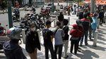 Antrean Warga Tanpa Jaga Jarak Demi 10 Kg Beras di Yogyakarta