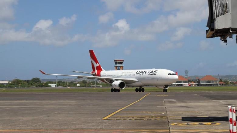 97 WN Australia tinggalkan Indonesia lewat Bandara Internasional I Gusti Ngurah Rai menggunakan pesawat Qantas. Turut hadir Wagub Bali Tjokorda Oka Artha Ardana Sukawati (Cok Ace) dengan Konjen Australia Anthea Griffin (dok Bandara Ngurah Rai Bali)