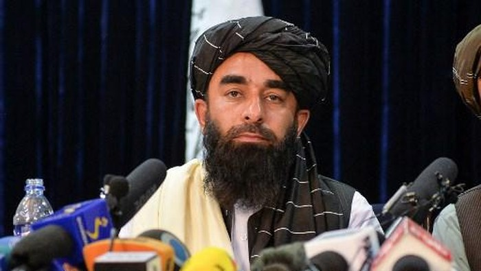 Taliban spokesperson Zabihullah Mujahid (L) gestures as he speaks during the first press conference in Kabul on August 17, 2021 following the Taliban stunning takeover of Afghanistan. (Photo by Hoshang Hashimi / AFP)