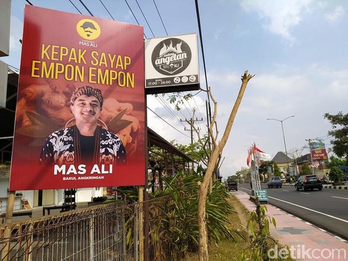 Baliho bakul angkringan Kepak Saya Empon-empon, Magelang, Rabu (18/8/2021).