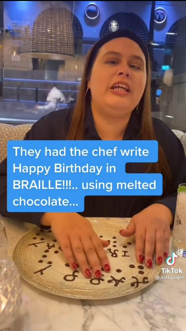Haru! Wanita Tunanetra Ini Dapat Cokelat Ultah Bentuk Huruf Braille