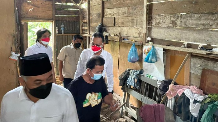 Gus Irawan saat mendatangi warga yang gagal dioperasi di Sumut (dok. Istimewa)