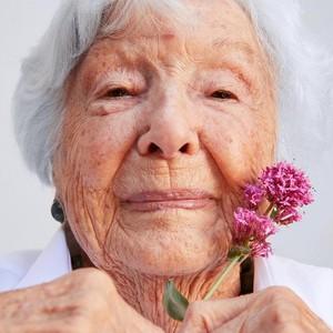 Sosok Nenek Buyut Viral yang Jadi Model Kecantikan di Usia 99 Tahun