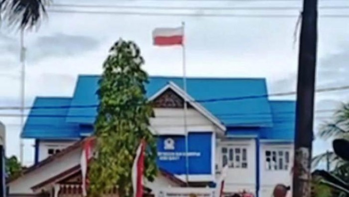 Insiden bendera merah putih terpasang terbalik di halaman Kantor di Aceh Barat yang terekam warga  (ANTARA/HO)