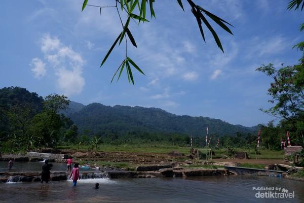Kolam Leuwi Pangaduan berlatar Bukit Mamadang.