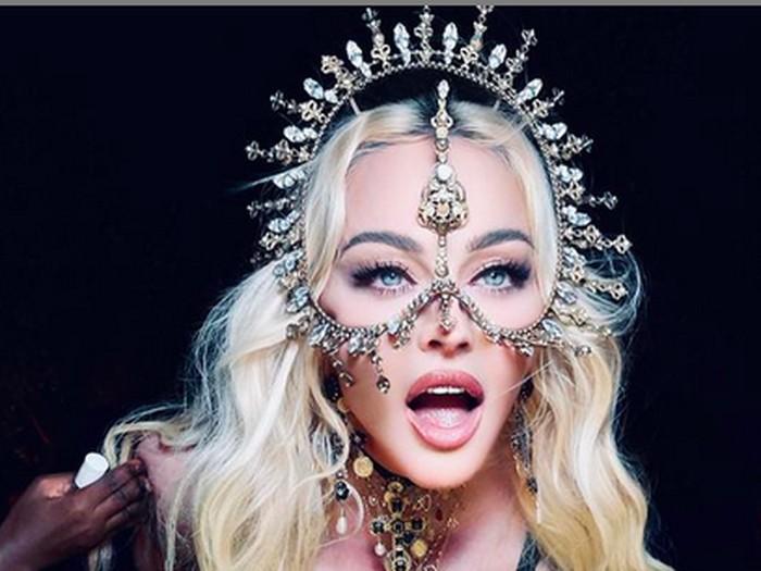 Madonna Pakai Karya Rinaldy A. Yunardi untuk Ultah ke-63