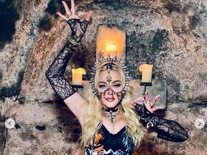 Madonna Rayakan Ultah Ke-63, Tampil Seksi dengan Karya Rinaldy Yunardi
