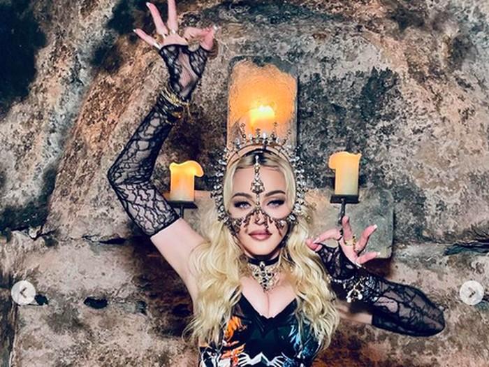 Madonna Pakai Karya Rinaldy A. Yunardi