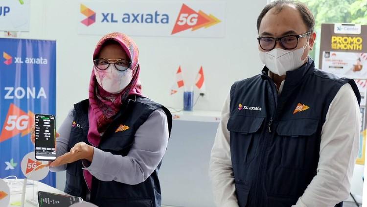 Sejumlah karyawan mencoba demo layanan 5G di XL Center, XL Axiata Tower, Jakarta usai Kominfo menyatakan lolos Uji Laik Operasi (ULO) untuk menggelar jaringan 5G di Indonesia.
