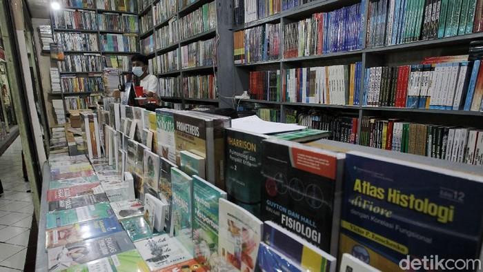 Penjual buku menunggu pembeli di pusat penjualan buku murah shopping center, Yogyakarta, Rabu (18/8/2021). Para penjual buku memilih bertahan di tengah perpanjangan PPKM.