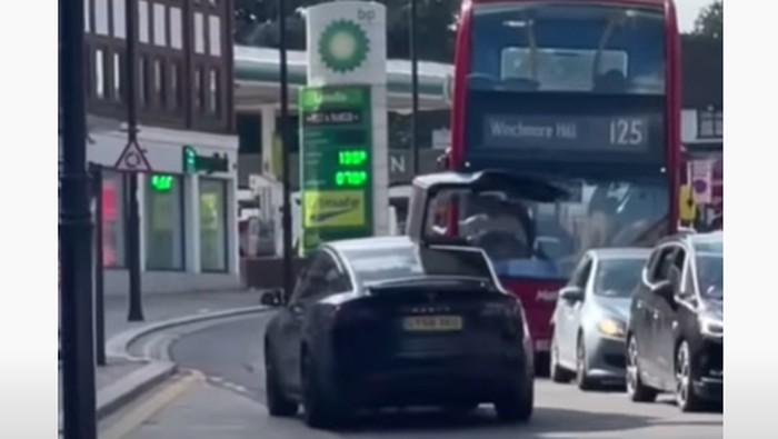 Pintu Tesla Model X yang terbuka menabrak bagian depan bus di London, Inggris