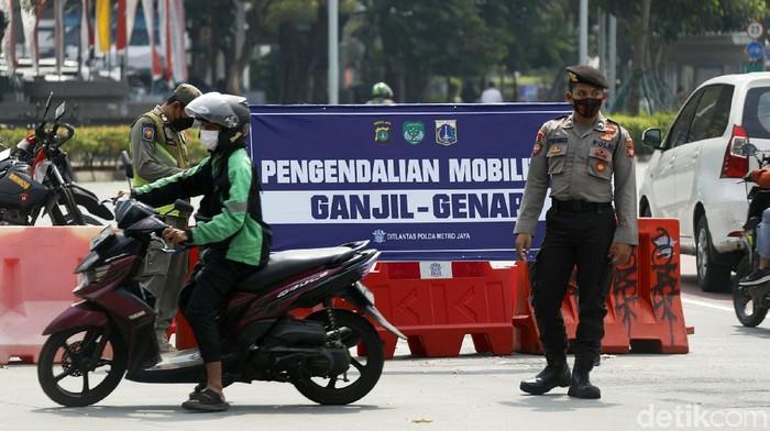 Ganjil genap terus diberlakukan seiiring dengan diperpanjangnya PPKM level 4. Polisi bersenjata juga dikerahkan untuk melakukan penjagaan pemberlakuan ganjil genap di Jakarta.