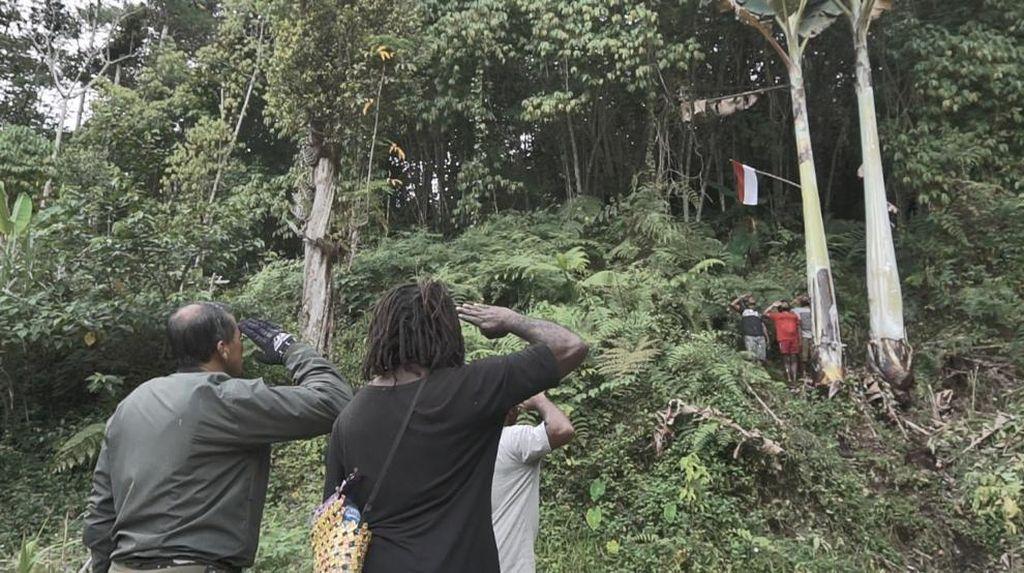 Momen Warga Papua Barat Cegat Pangdam Kasuari Lalu Kibarkan Merah Putih