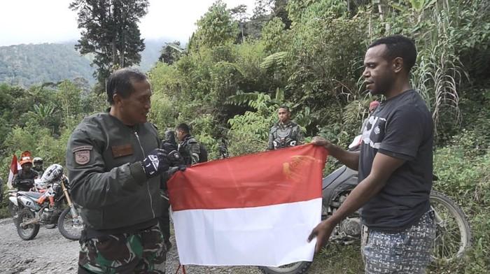 Saat Pangdam Kasuari dihadang warga di Kampung Mokwam, Distrik Warmare, Kabupaten Manokwari, Papua Barat lalu kibarkan bendera bersama (dok. Kodam Kasuari)