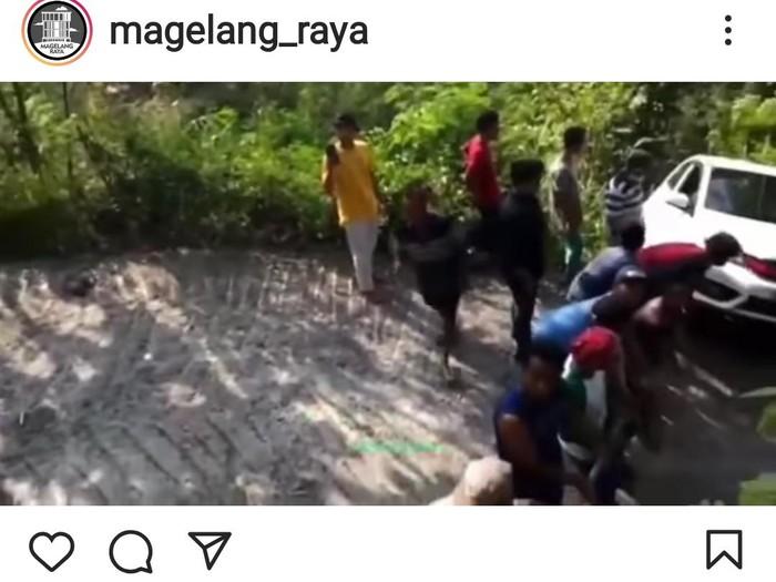 Video mobil tak kuat nanjak di perbukitan Menoreh, Kabupaten Magelang, Rabu (18/8/2021).