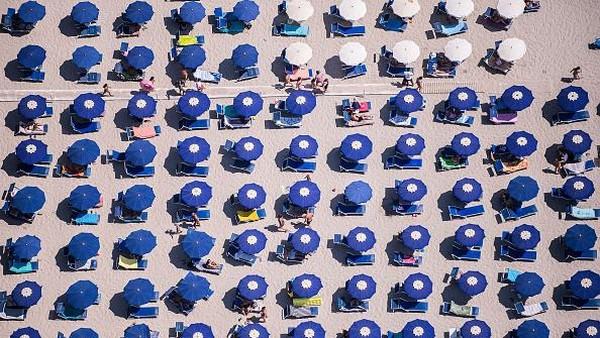 Kondisi panas yang tengah melanda Italia membuat warga mencari cara untuk mendinginkan badan.