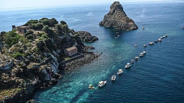 Berjemur, bermain air, hingga bersantai di kapal pesiar menjadi pilihan warga Italia.