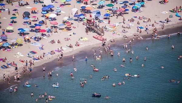 Pantai menjadi salah satu tujuan favorit warga di tengah gelombang panas.