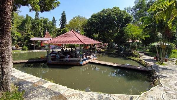 Nantinya untuk vaksin kedua juga akan dilangsungkan di Taman Kyai Langgeng. Peserta vaksinasi pun bisa sambil menikmati pemandangan, melihat alam, air mancur, pepohonan, hewan-hewan. (Eko Susanto/detikTravel)