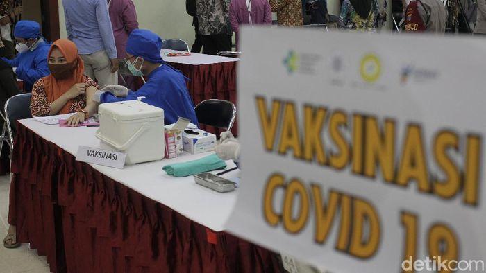 Yogyakarta juga sudah mulai menjalani vaksinasi terhadap ibu hamil dengan target pelaksanaan 1,110 ibu hamil dari yang total secara keseluruhan ibu hamil di DIY kurang lebih sebanyak hampir 14,000 dan ditargetkan rampung pada akhir Oktober 2021.
