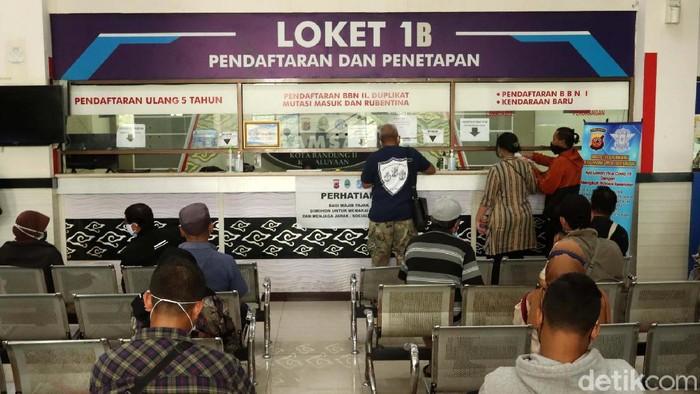 Diskon pajak kendaraan mulai dari 2 persen tengah diberlakukan oleh Badan Pendapatan Daerah Provinsi Jawa Barat. Yuk buruan bayar pajak kendaraan.