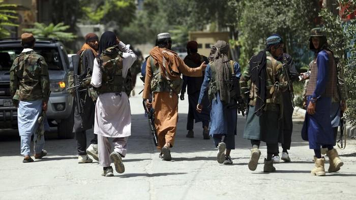 Kelompok Taliban telah menguasai Afghanistan. Kini para militan Taliban terus berpatroli dengan membawa senjata laras panjang di kawasan Ibu Kota Afghanistan.