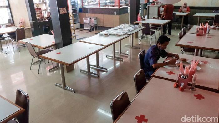 Aturan makan di restoran maupun warteg diperpanjang dari 20 menit menjadi 30 menit selama PPKM level 4 di Jakarta. Pemprov menilai durasi tersebut lebih pas.