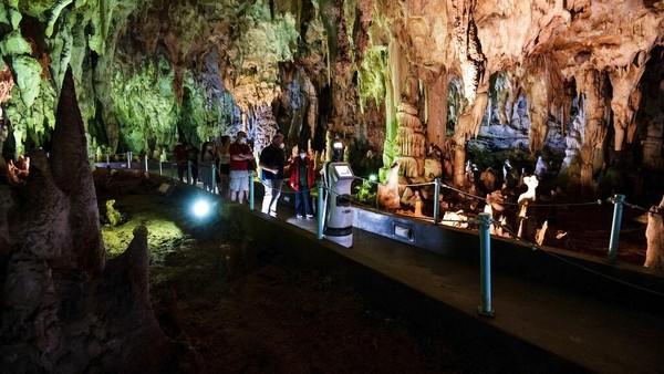 Penampakan Persephone yang tengah memandu para pengunjung di dalam gua Alistrati yang berada di kawasan Yunani.