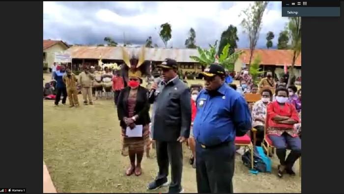 Bupati Pegunungan Bintang, Spei Yan Bidana, memberi sambutan saat peresmian izin operasional Universitas Okmin (dok Kemendikbudristek)