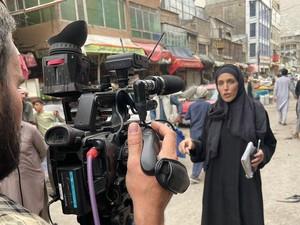 Viral Keberanian Wartawan Wanita di Tengah Jalanan Afghanistan Ramai Tembakan