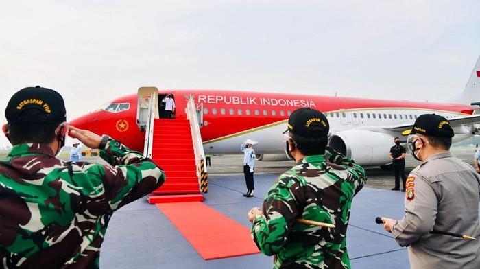Presiden Joko Widodo (Jokowi) melakukan kunjungan kerja ke Jatim. Pada kunkernya, Jokowi menaiki pesawat kepresidenan yang sudah dicat merah.