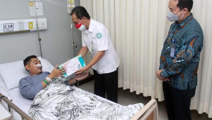 Para Nakes yang jatuh sakit dan tengah dirawat mendapat apresiasi dari BPJS Kesehatan. Mereka mendapat bingkisan Hari Kemerdekaan.