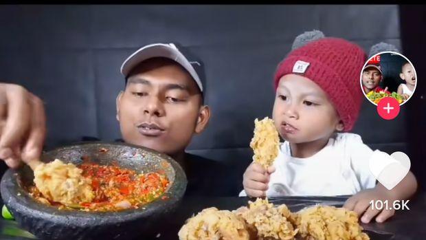 Sedih! Bikin Konten Mukbang Bareng Keluarga, Pria Ini Disebut Miskin dan Kampungan