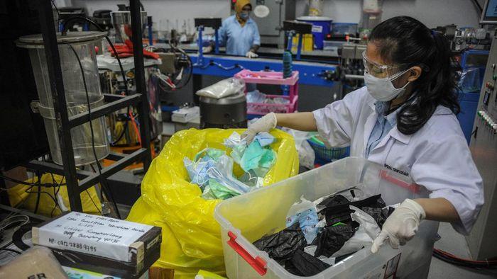 Petugas mengolah limbah masker untuk dijadikan biji plastik di Laboratorium Lembaga Ilmu Pengetahuan Indonesia (LIPI) di Cisitu, Bandung, Jawa Barat, Kamis (19/8/2021). Loka Penelitian Teknologi Bersih (LPTB) LIPI menawarkan alat yang teknologi untuk daur ulang limbah masker sekali pakai agar tidak menimbulkan timbunan sampah yang berbahaya bagi lingkungan yang nantinya dapat dimanfaatkan oleh masyarakat. ANTARA FOTO/Raisan Al Farisi/hp.