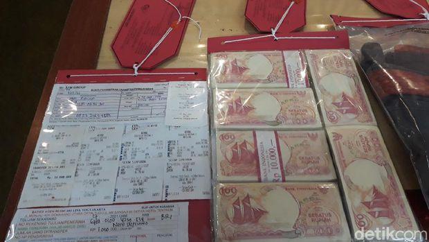Tersangka Tugiran alias Gus Bayu, tersangka dukun palsu penipu bermodus menggandakan uang hingga 1.000 kali lipat. Gus Bayu mengklaim bisa mengubah duit Rp 100 menjadi pecahan Rp 100 ribu.
