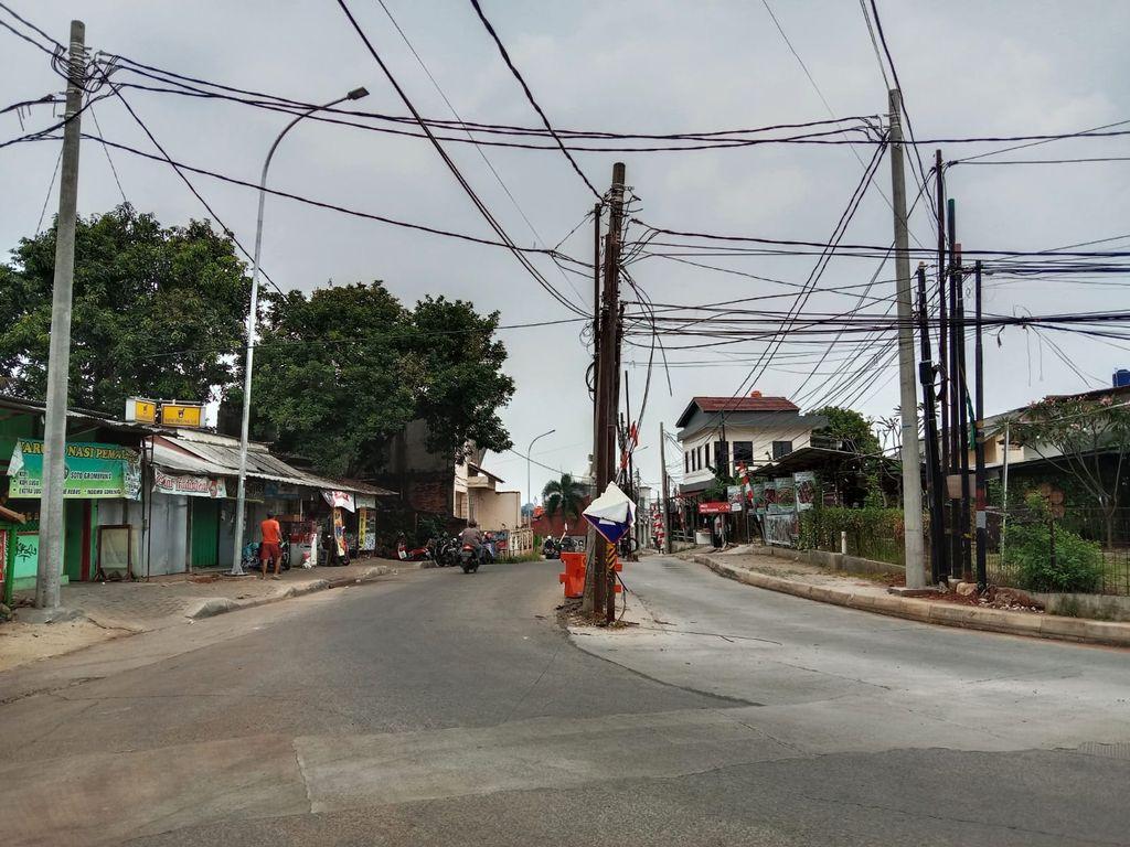 Tiang berada di tengah Jl Erha Depok, Jawa Barat. Tiang-tiang itu disebut membahayakan pengendara yang lewat.