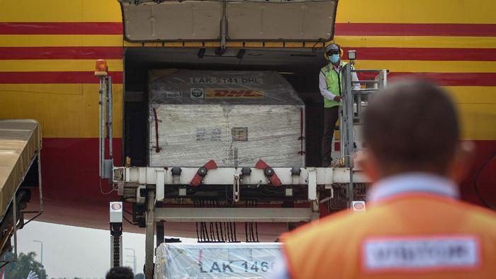 Petugas cargo menurunkan envirotainer berisi vaksin COVID-19 Pfizer dari pesawat setibanya di Terminal Cargo Bandara Internasional Soekarno Hatta, Tangerang, Banten, Kamis (19/8/2021). Sebanyak 1,5 juta vaksin COVID-19 Pfizer tiba perdana di Indonesia yang bakal dialokasikan untuk program vaksinasi nasional. ANTARA FOTO/Fauzan/foc.