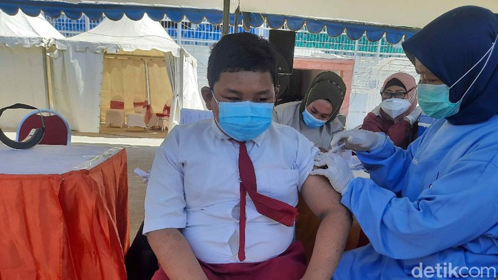 Vaksinasi COVID-19 anak di Surabaya sudah mencapai 60 ribu lebih untuk dosis pertama. Jenis vaksin yang disuntikkan kepada pelajar usia di atas 12 tahun yakni Sinovac.