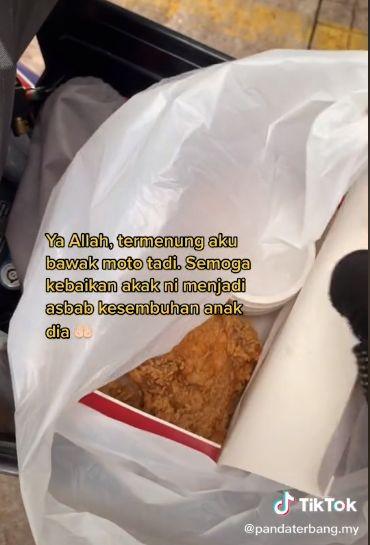 Wanita Traktir Kurir Makanan Ayam Goreng KFC