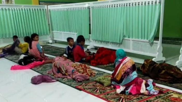 Warga yang diungsikan oleh petugas ketika banjir terjadi di beberapa titik di Kota Padang, Rabu (18/8) malam. (ANTARA/FathulAbdi)