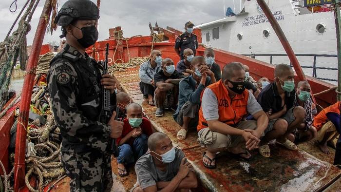 Personel Direktorat Jenderal Pengawasan Sumber Daya Kelautan dan Perikanan (PSDKP) mengamankan kapal asing beserta anak buah kapal (ABK) di Pelabuhan Pangkalan PSDKP Batam, Kepulauan Riau, Jumat (20/8/2021). PSDKP berhasil mengamankan kapal asing yang melakukan penangkapan ikan secara ilegal beserta 22 awak kapal berkewarganegaraan Vietnam di Perairan Natuna Utara. ANTARA FOTO/Teguh Prihatna/rwa.