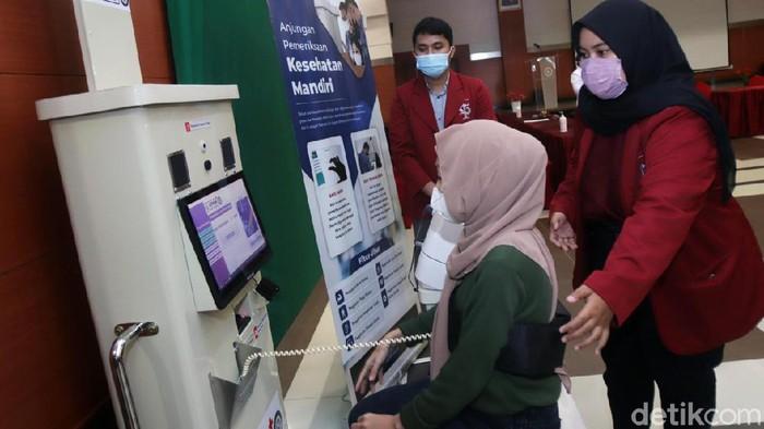 Institut Teknologi Telkom Surabaya (ITTS) punya inovasi untuk membantu nakes dalam pemeriksaan kesehatan. Inovasi tersebut diberi nama Anjungan Pemeriksaan Kesehatan Mandiri (APKM).