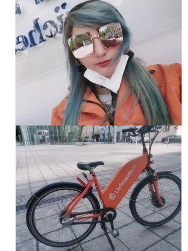 Foto Arzum saat bekerja dan sepeda listriknya.