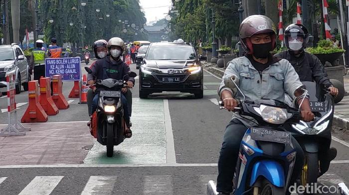 Aturan Ganjil genap untuk kendaraan pribadi di dua ruas jalan, yakni Jalan Asia Afrika dan Ir H Djuanda, Kota Bandung kembali diberlakukan. Masih banyak pengendara yang kebingungan melintas di jalur yang diberlakukan ganjil genap tersebut.