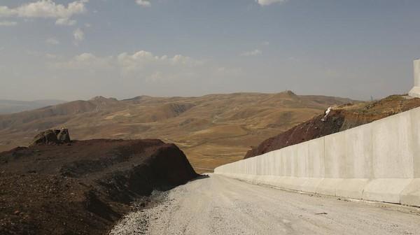 Pemasangan tembok pembatasitu sebagai antisipasi gelombang migran baru yang potensial dari Afghanistan. Presiden Turki Recep Tayyip Erdogan memperingatkan bahwa negaranya tidak akan menjadi gudang pengungsi Eropa. (AP/Emrah Gurel)