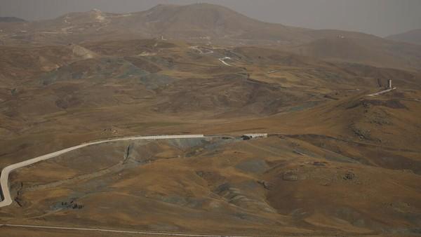 Tembok Turki sebagai pembatasdengan Iran juga dilengkapi dengan kawat berduri.(AP/Emrah Gurel)