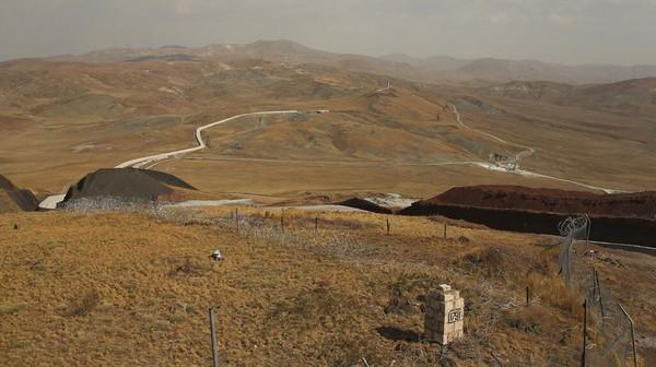 Seperti itulah penampakan tembok Turki yang dibangun untuk mencegah pengungsi Afghanistan masuk dari Iran. (AP/Emrah Gurel)