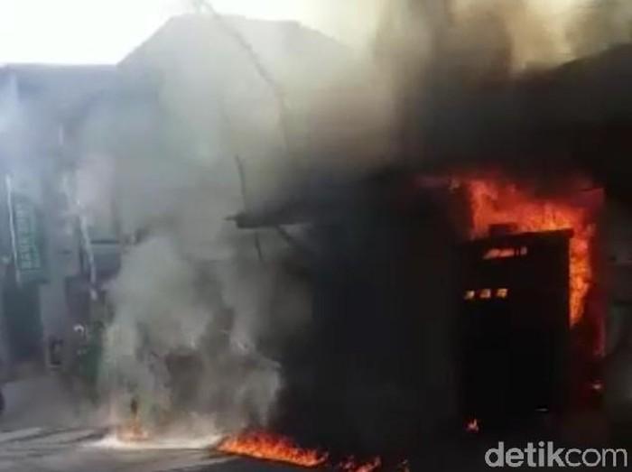 Sebuah SPBU mini di Sumenep meledak dan terbakar. Pemiliknya mengalami luka bakar serius dan kerugian diperkirakan mencapai Rp 100 juta.