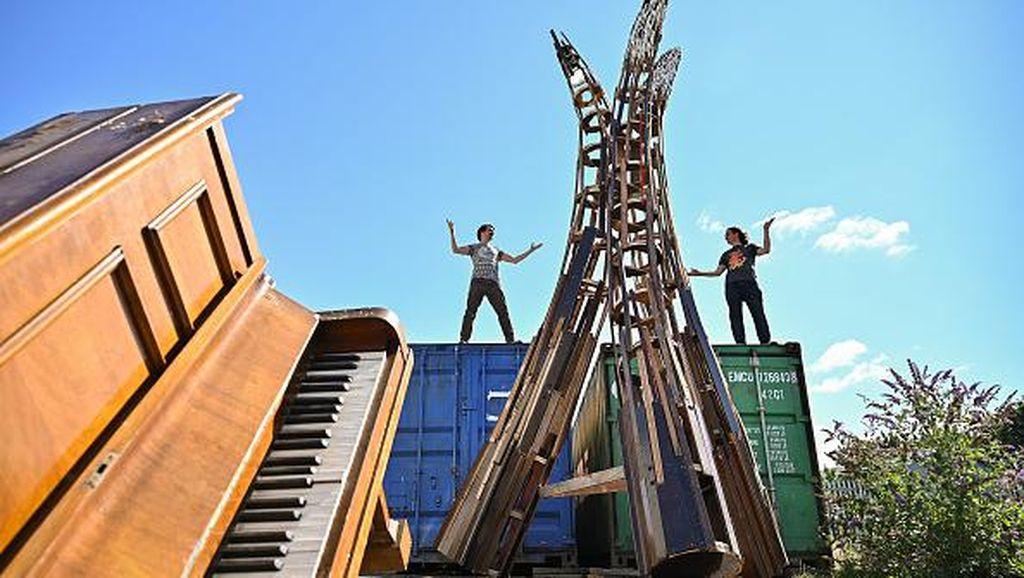 Keren! Patung Ini Terbuat Dari Piano Bekas